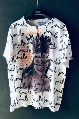 חולצת טי לבנה כתוביות SMILE