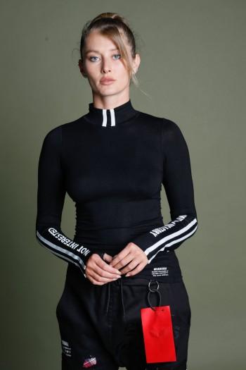 חולצת בייסיק גולף שחורה NOT INTERESTED