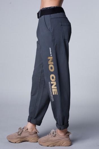 מכנסי פוטר בגוון אפור בצרוף חגורה NO ONE