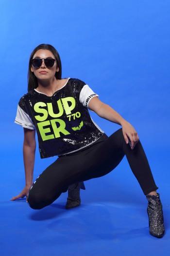 חולצת T פייטים שחורה בגזרה קצרה SUPER