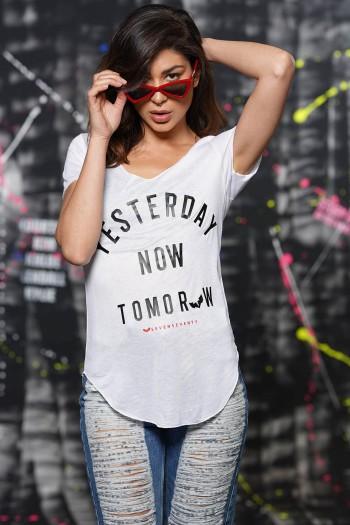 חולצת T לבנה YESTERDAY