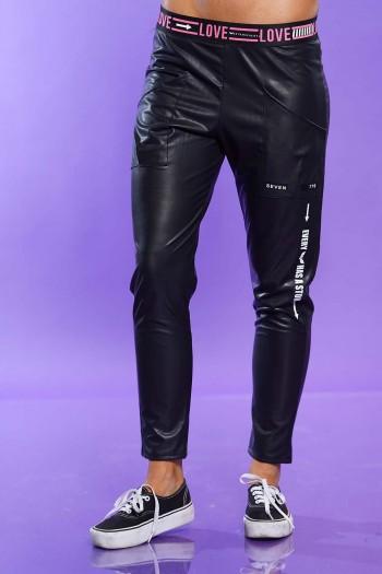 מכנסיים שחורים בד דמוי עור LOVE