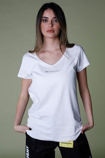 חולצת T לבנה מפתח V כיווצים SEVEN
