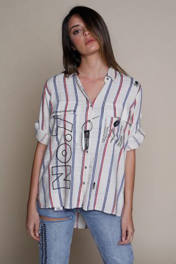 חולצה מכופתרת בגוון בז' עם פסים באדום וכחול NO 7
