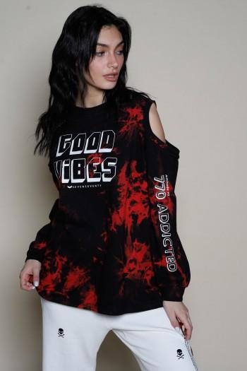 חולצת פוטר בגווני שחור ואדום פתחים בכתפיים GOOD VIBES